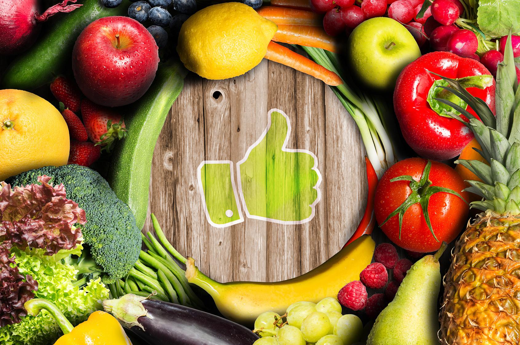 Flavonoidi - l'immagine mostra frutta e verdura su un tavolo